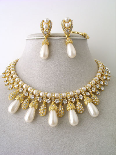 Pearls_-__55.00___122685__cream_teardrop_pearl_set__crystals__rhinestones__15l__clip-on_earrings