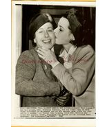 Hedy LaMARR Kissing Mother ORG 1942 PRESS PHOTO... - $9.99