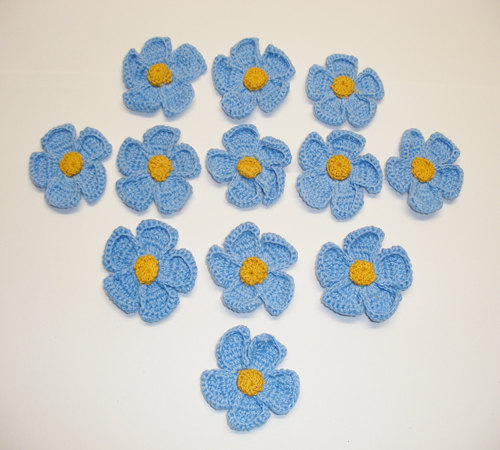 12 Pieces Crochet Daisy Flower with Gold Center   Copen