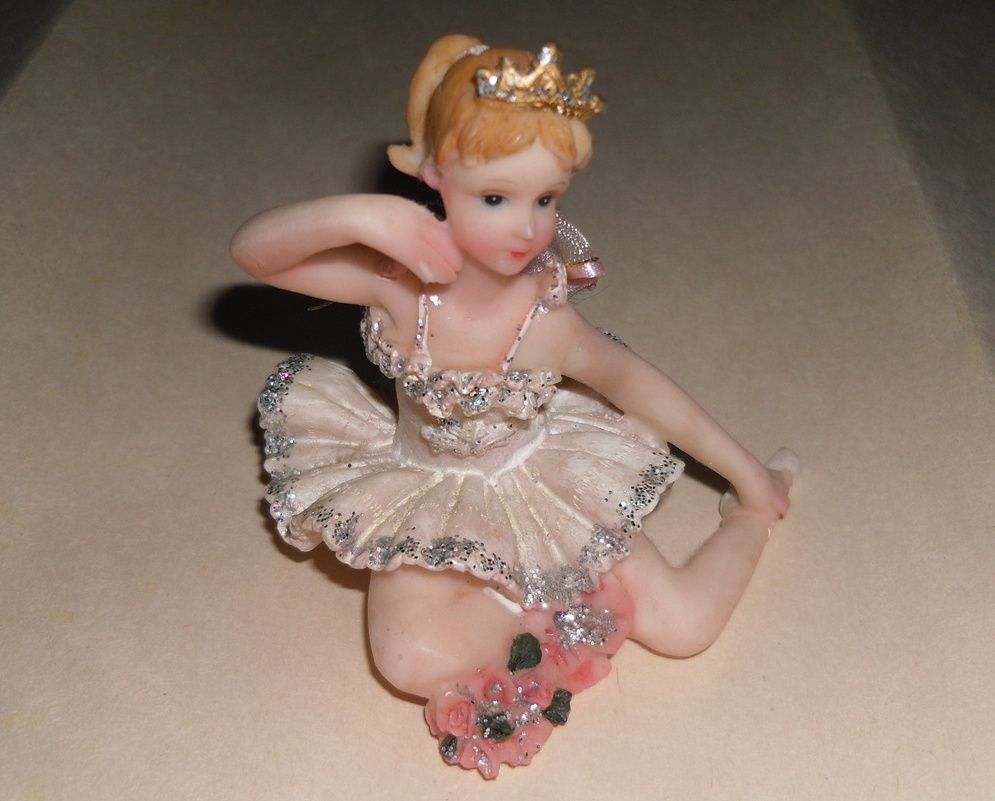 Ballet_doll_figurine_front_flash