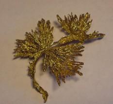18kt gold pin/brooch. Signed. Leaf design -