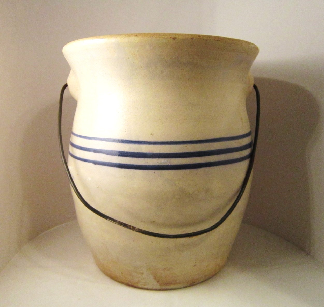 Antique_crock_blue_stripes_bail_03