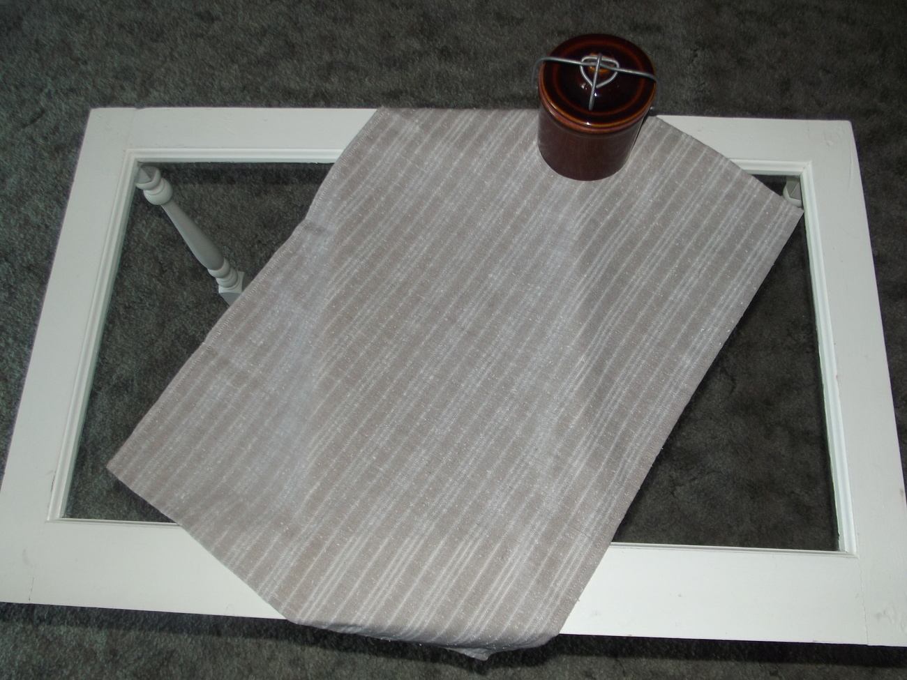 Tablerunner_tan_stripes_on_table