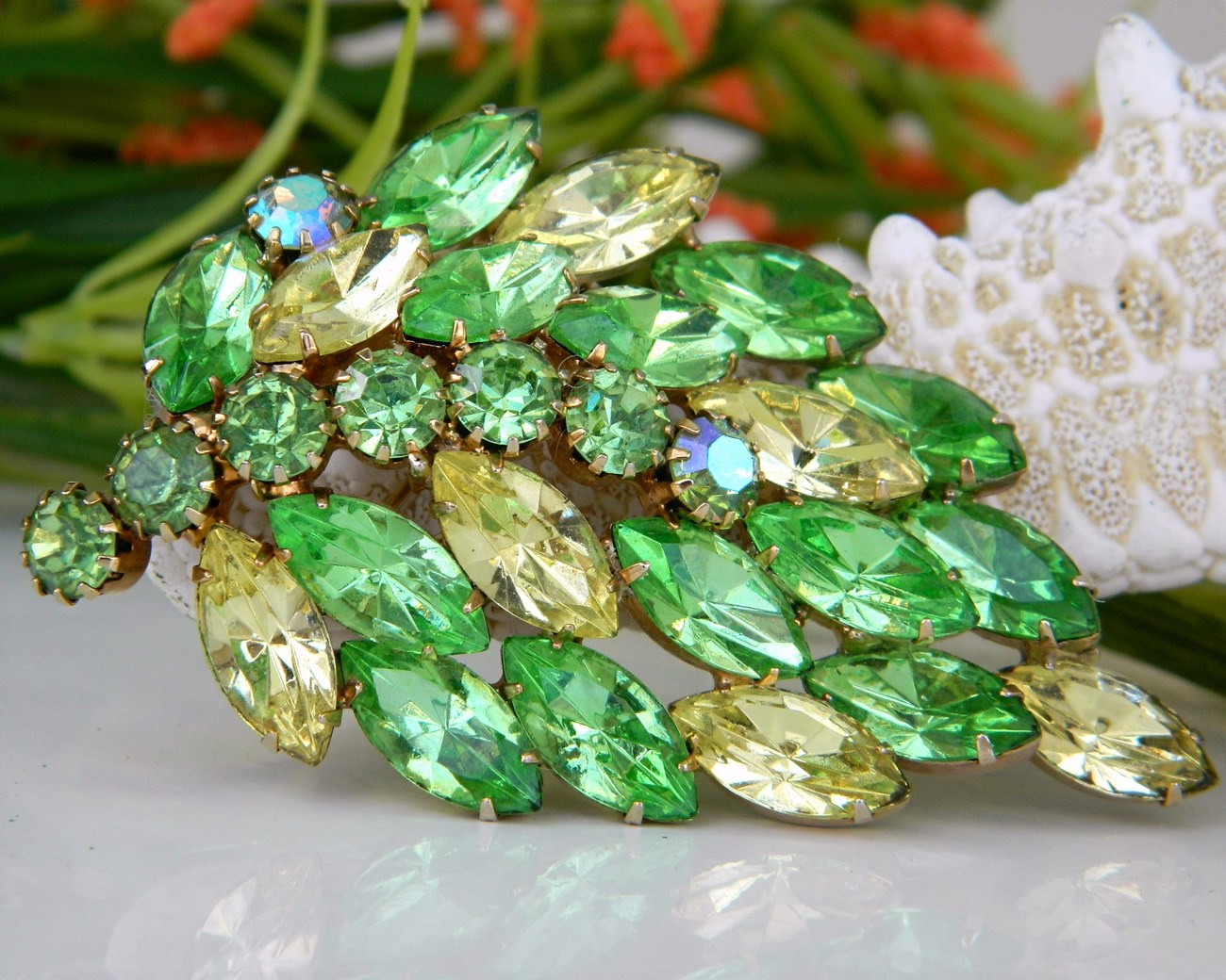 Vintage_leaf_brooch_pin_yellow_green_rhinestones_marquise_ab