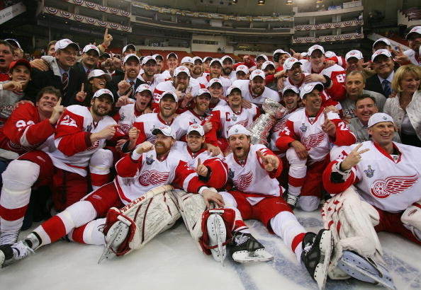 PITTSBURGH - JUNE 04:  The Detroit Red Wings pose for a team photo with the Stanley Cup after defeating the Pittsburgh Penguins in game six of the 2008 NHL Stanley Cup Finals at Mellon Arena on June 4, 2008 in Pittsburgh. Pennsylvania. The Red Wings defeated the Penguins 3-2 to win the Stanley Cup Finals 4 games to 2.  (Photo by Bruce Bennett/Getty Images)