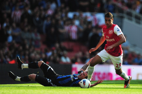 LONDON, ENGLAND - OCTOBER 23:  Glenn Whelan (L) of Stoke City is challenged by Marouane Chamakh (R) of Arsenal during the Barclays Premier League match between Arsenal and Stoke City at the Emirates Stadium on October 23, 2011 in London, England.  (Photo by Jamie McDonald/Getty Images)