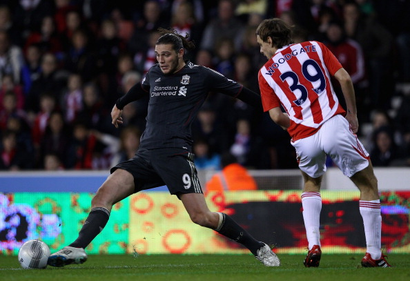 STOKE ON TRENT, ENGLAND - OCTOBER 26:  Andy Carroll of Liverpool stretches for the ball whilst under pressure from Jonathan Woodgate of Stoke City during the Carling Cup Fourth Round match between Stoke City and Liverpool at Britannia Stadium on October 26, 2011 in Stoke on Trent, England.  (Photo by Clive Brunskill/Getty Images)