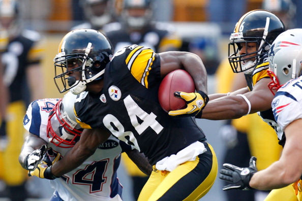PITTSBURGH, PA - OCTOBER 30:  Antonio Brown #84 of the Pittsburgh Steelers returns the ball on the opening kick off against Kyle Arrington #24 of the New England Patriots at Heinz Field on October 30, 2011 in Pittsburgh, Pennsylvania.  (Photo by Gregory Shamus/Getty Images)