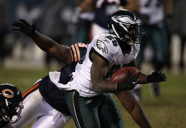 CHICAGO - NOVEMBER 28: LeSean McCoy #25 of the Philadelphia Eagles avoids a tackle attempt by Lance Briggs #55 of the Chicago Bears at Soldier Field on November 28, 2010 in Chicago, Illinois. The Bears defeated the Eagles 31-26. (Photo by Jonathan Daniel/Getty Images)