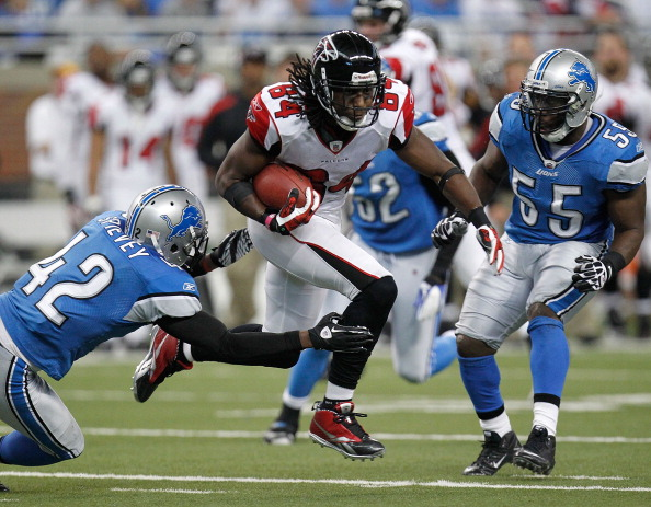 DETROIT, MI - OCTOBER 23:  Roddy White #84 of the Atlanta Falcons tries to split the defense of Amari Spievey #42 and Stephen Tulloch #55 of the Detroit Lions after a fourth quarter catch at Ford Field on October 23, 2011 in Detroit, Michigan. Atlanta won the game 23-16. (Photo by Gregory Shamus/Getty Images)