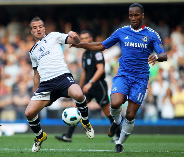 LONDON, ENGLAND - APRIL 30:  Rafael van der Vaart of Spurs and Didier Drogba of Chelsea compete for the ball during the Barclays Premier League match between Chelsea and Tottenham Hotspur at Stamford Bridge on April 30, 2011 in London, England.  (Photo by Clive Rose/Getty Images)