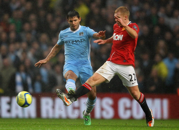 MANCHESTER, ENGLAND - JANUARY 08:  Paul Scholes of Manchester United competes with Sergio Aguero of Manchester City during the FA Cup Third Round match between Manchester City and Manchester United at the Etihad Stadium on January 8, 2012 in Manchester, England.  (Photo by Alex Livesey/Getty Images)