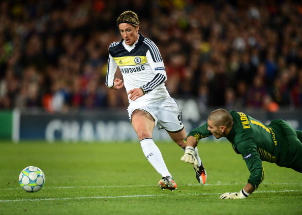 BARCELONA, SPAIN - APRIL 24:  Fernando Torres (L) of Chelsea passes by goalkeeper Victor Valdes of Barcelona to score the equalizing goal during the UEFA Champions League Semi Final second leg match between FC Barcelona and Chelsea FC at the Camp Nou stadium on April 24, 2012 in Barcelona, Spain.  (Photo by Jasper Juinen/Getty Images)
