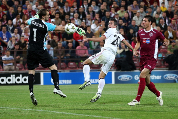 CLUJ-NAPOCA, ROMANIA - OCTOBER 02:  Robin van Persie of Manchester United scores a goal to make it 2-1 during the UEFA Champions League Group H match between CFR 1907 Cluj and Manchester United at the Constantin Radulescu Stadium on October 2, 2012 in Cluj-Napoca, Romania.  (Photo by Julian Finney/Getty Images)