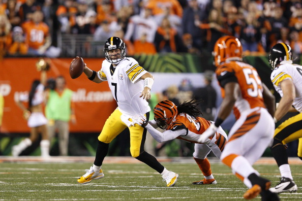 CINCINNATI, OH - OCTOBER 21: Ben Roethlisberger #7 of the Pittsburgh Steelers looks to pass the football while under pressure from Reggie Nelson #20 of the Cincinnati Bengals during the game at Paul Brown Stadium on October 21, 2012 in Cincinnati, Ohio. (Photo by Joe Robbins/Getty Images)
