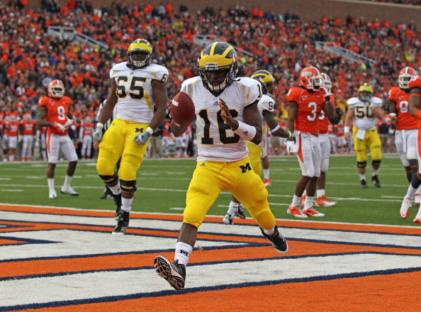 CHAMPAIGN, IL - NOVEMBER 12:  Denard Robinson #16 of the Michigan Wolverines runs for a touchdown against the Illinois Fighting Illini at Memorial Stadium on November 12, 2011 in Champaign, Illinois. Michigan defeated Illinois 31-14.  (Photo by Jonathan Daniel/Getty Images)