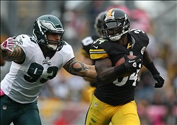 Oct 7, 2012; Pittsburgh , PA, USA; Pittsburgh Steelers running back Rashard Mendenhall (34) runs the ball past Philadelphia Eagles defensive end Justin Babin (93) during the first half of the game at Heinz Field. Mandatory Credit: Jason Bridge-USA TODAY Sports