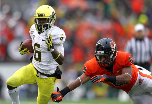CORVALLIS, OR - NOVEMBER 24:  De'Anthony Thomas #6 of the Oregon Ducks runs the ball against Tyrequek Zimmerman #8 of the Oregon State Beavers during the 116th Civil War on November 24, 2012 at the Reser Stadium in Corvallis, Oregon.  (Photo by Jonathan Ferrey/Getty Images)