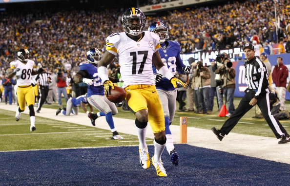 EAST RUTHERFORD, NJ - NOVEMBER 04: Mike Wallace #17 of the Pittsburgh Steelers scores in front of Brian Witherspoon #29 of the New York Giants during their game at MetLife Stadium on November 4, 2012 in East Rutherford, New Jersey. (Photo by Jeff Zelevansky/Getty Images)