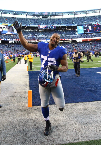 EAST RUTHERFORD, NJ - DECEMBER 30:  Osi Umenyiora #72 of the New York Giants waves to the crowd after a 42-7 win against the Philadelphia Eagles at MetLife Stadium on December 30, 2012 in East Rutherford, New Jersey.  (Photo by Al Bello/Getty Images)