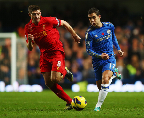 LONDON, ENGLAND - NOVEMBER 11:  Eden Hazard (R) of Chelsea holds off the challenge of Steven Gerrard (L) of Liverpool during the Barclays Premier League match between Chelsea and Liverpool at Stamford Bridge on November 11, 2012 in London, England.  (Photo by Clive Rose/Getty Images)
