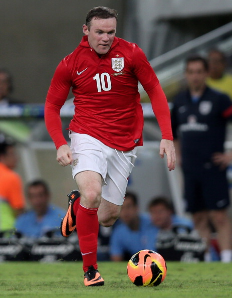 RIO DE JANEIRO, BRAZIL - JUNE 02:  Wayne Rooney of England runs with the ball during the International Friendly match between Brazil and England at Maracana on June 2, 2013 in Rio de Janeiro, Brazil.  (Photo by Friedemann Vogel/Getty Images)