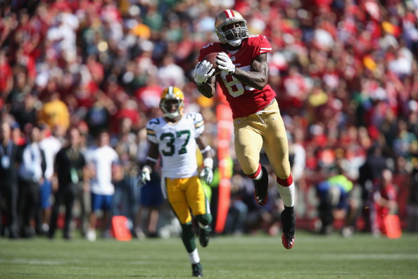 SAN FRANCISCO, CA - SEPTEMBER 08:  Tight end Vernon Davis #85 of the San Francisco 49ers makes a catch in the third quarter ahead of cornerback Sam Shields #37 of the Green Bay Packers at Candlestick Park on September 8, 2013 in San Francisco, California. The 49ers defeated the Packers 34-28.  (Photo by Jeff Gross/Getty Images)