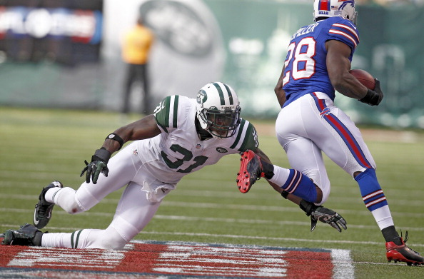 EAST RUTHERFORD, NJ - SEPTEMBER 09:  C.J. Spiller #28 of the Buffalo Bills runs by  Antonio Cromartie #31 of the New York Jets  during their season opener at MetLife Stadium on September 9, 2012 in East Rutherford, New Jersey.  (Photo by Jeff Zelevansky/Getty Images)