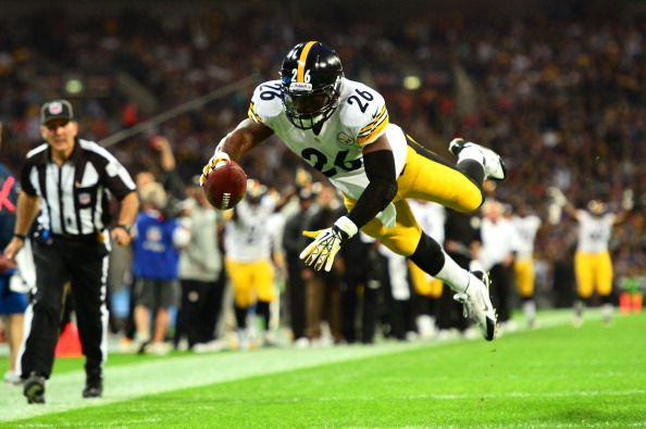 LONDON, ENGLAND - SEPTEMBER 29:  Running back Le'Veon Bell #26 of the Pittsburgh Steelers dives into the endzone turnover score a touchdown during the NFL International Series game between Pittsburgh Steelers and Minnesota Vikings at Wembley Stadium on September 29, 2013 in London, England.  (Photo by Jamie McDonald/Getty Images)