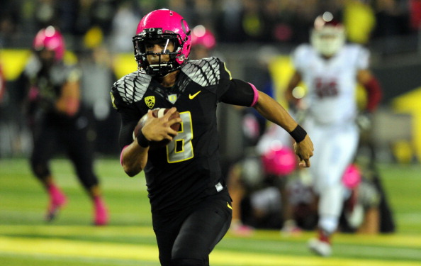 EUGENE, OR - OCTOBER 19: Quarterback Marcus Mariota #8 of the Oregon Ducks runs for a touchdown during the first quarter of the game against the Washington State Cougars at Autzen Stadium on October 19, 2013 in Eugene, Oregon. (Photo by Steve Dykes/Getty Images)
