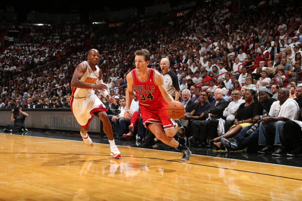 MIAMI, FL - OCTOBER 29: Mike Dunleavy #34 of the Chicago Bulls drives baseline against the Miami Heat on October 29, 2013 at AmericanAirlines Arena in Miami, Florida. NOTE TO USER: User expressly acknowledges and agrees that, by downloading and or using this photograph, User is consenting to the terms and conditions of the Getty Images License Agreement. Mandatory Copyright Notice: Copyright 2013 NBAE (Photo by Joe Murphy/NBAE via Getty Images)