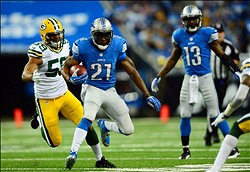 Nov 28, 2013; Detroit, MI, USA; Detroit Lions running back Reggie Bush (21) gets away from Green Bay Packers inside linebacker Brad Jones (59) during the first quarter of a NFL football game on Thanksgiving at Ford Field. Mandatory Credit: Andrew Weber-USA TODAY Sports