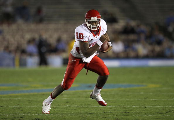 PASADENA, CA - SEPTEMBER 18:  Quarterback Terrance Broadway #10 of the Houston Cougars carries the ball against the UCLA Bruins at the Rose Bowl on September 18, 2010 in Pasadena, California.  UCLA won 31-13.  (Photo by Stephen Dunn/Getty Images)