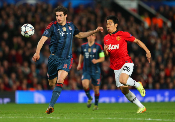 MANCHESTER, ENGLAND - APRIL 01:  Shinji Kagawa of Manchester United closes down Javi Martinez of Bayern Muenchen during the UEFA Champions League Quarter Final first leg match between Manchester United and FC Bayern Muenchen at Old Trafford on April 1, 2014 in Manchester, England.  (Photo by Alex Livesey/Getty Images)