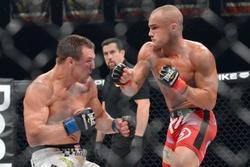 Nov 2, 2013; Long Beach, CA, USA;   Eddie Alvarez (red gloves) and Michael Chandler (blue gloves) during their Bellator lightweight world championship fight at the Long Beach Arena. Alvarez won the fight. Mandatory Credit: Jayne Kamin-Oncea-USA TODAY Sports