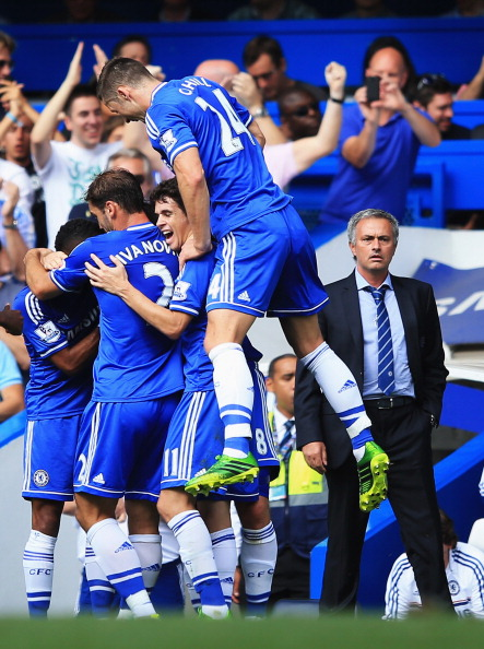 LONDON, ENGLAND - AUGUST 18:  Frank Lampard of Chelsea celebrates with team mates and manager Jose Mourinho after scoring the second goal during the Barclays Premier League match between Chelsea and Hull City at Stamford Bridge on August 18, 2013 in London, England.  (Photo by Richard Heathcote/Getty Images)