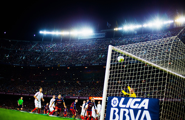 BARCELONA, SPAIN - FEBRUARY 28:  Lionel Messi of Barcelona scores his team's first goal from a free kick while goal keeper Sergio Rico of Sevilla looks on during the La Liga match between FC Barcelona and Sevilla FC at Camp Nou on February 28, 2016 in Barcelona, Spain.  (Photo by Vladimir Rys Photography/Getty Images)