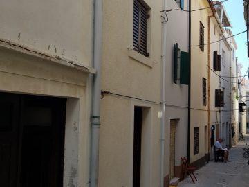 Kuća s terasom u centru Grada Paga