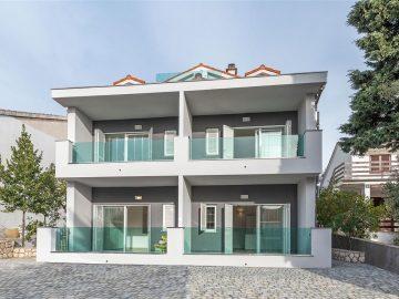 Prodaje se luksuzan apartman u centru Mandra