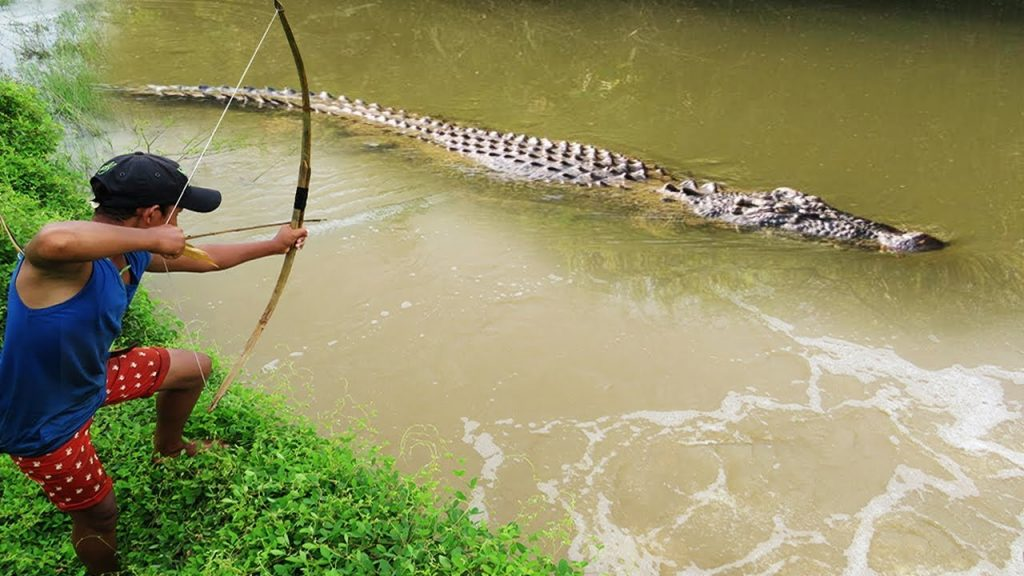 Terrifying! Brave Boy Catches Crocodile While Fishing With Bowfishing – How To Catch Crocodile