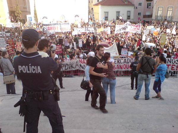 """""""Esta tarde, em Lisboa, junto à Assembleia da República (16h38, antes da confusão) #15outubro"""". Foto de Luis Galrão no Twitpic"""
