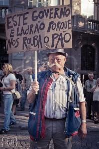 Este Governo é ladrão porque nos rouba o pão. Manifestante no Porto. Foto de Diana Rui - www.dianarui.net.