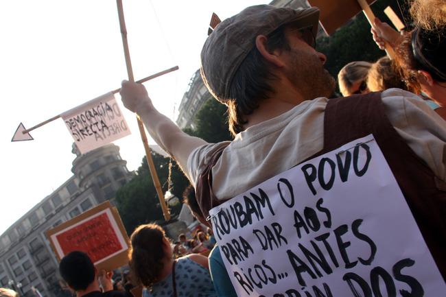 """""""Roubam o povo para dar aos ricos... antes Robin dos Bosques. Democracia Directa"""". Revolução Mundial pela Democracia Real no Porto (15/10/2011) - foto de Pedro Ferreira copyright Demotix."""