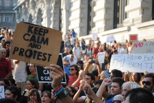 Keep calm and protest. Indignados em frente à Câmara do Porto. Foto da organização do 15 de Outubro.