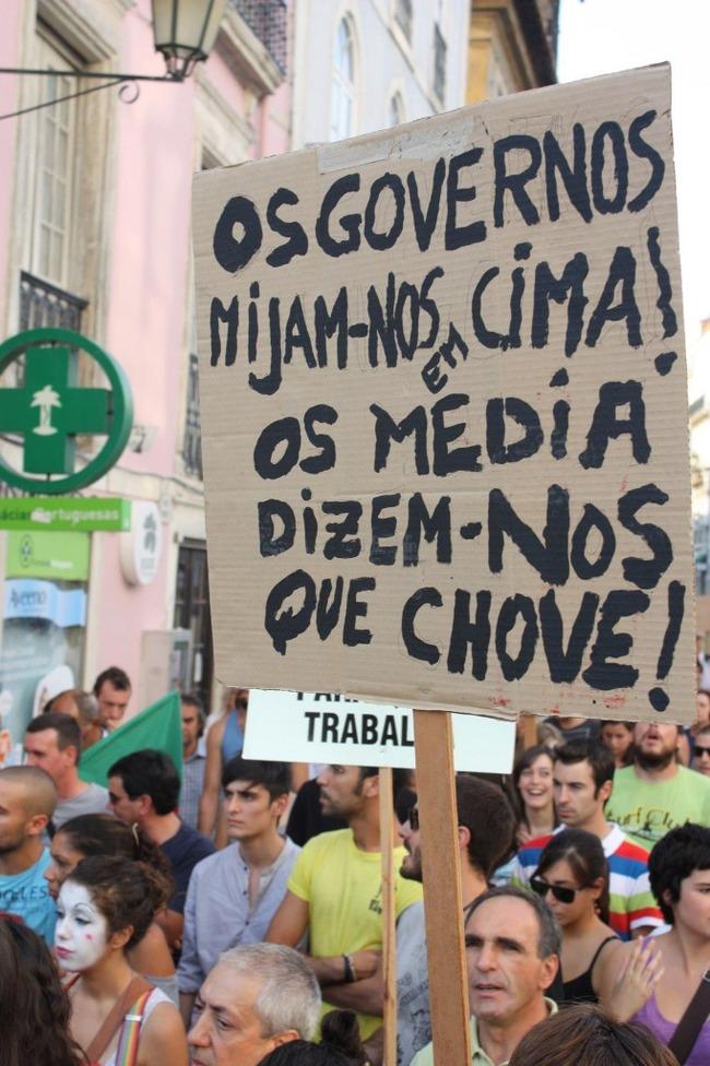 """""""Os governos mijam-nos em cima! Os media dizem-nos que chove"""" (Coimbra, 15/10/2011). Foto de Aurélio Malva partilhada no Facebook."""
