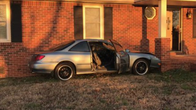 Car hits a house in Murfreesboro