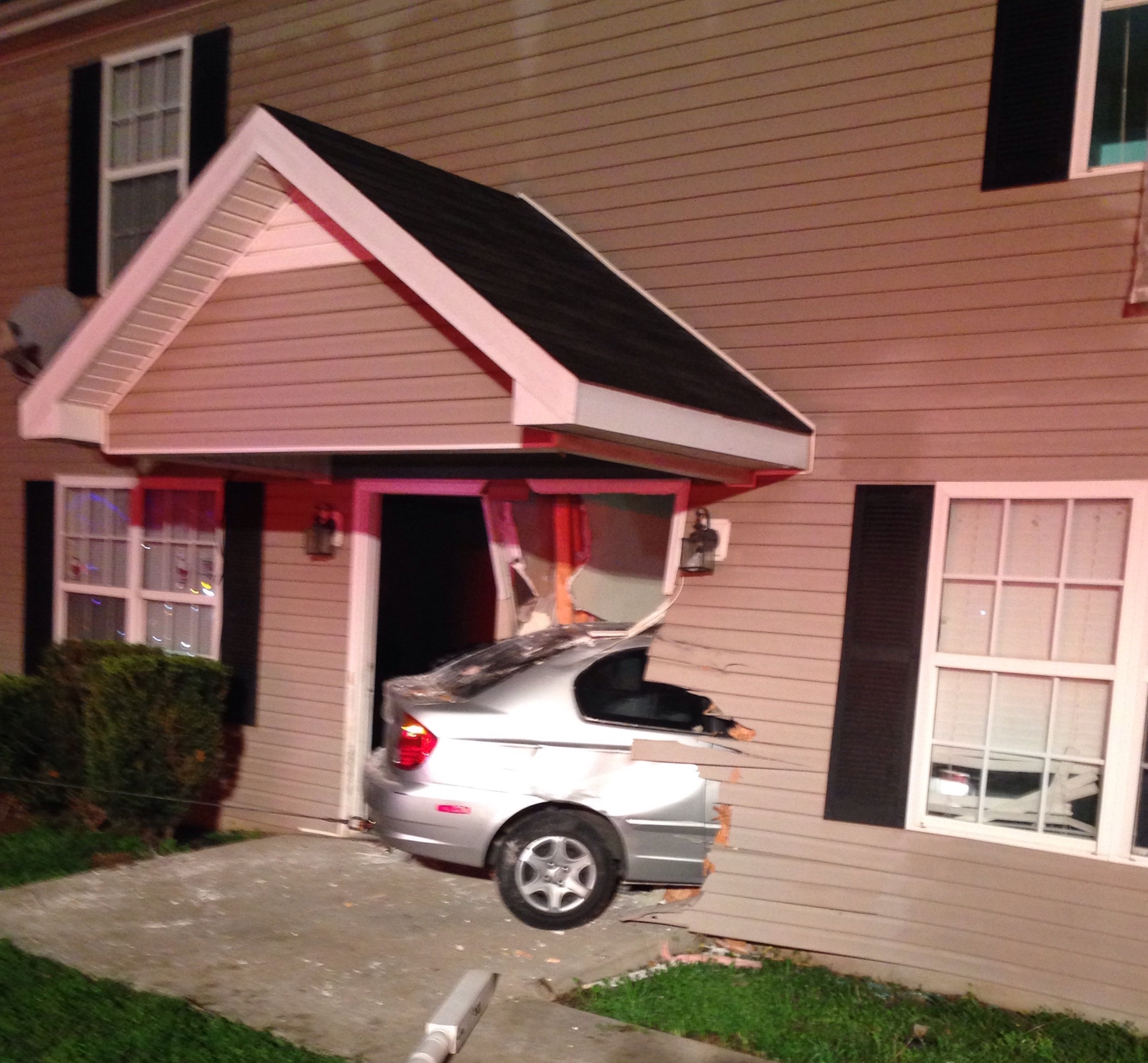 Car runs INTO Murfreesboro area apartment