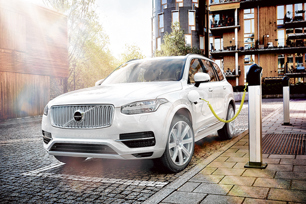 Volvo adds plug-in hybrid electric model to XC90