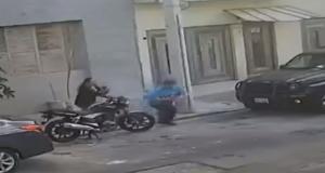 Video: La asaltan a plena luz del día
