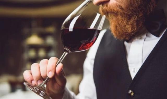Estudio revela riesgo de muerte por tomar un vaso de vino diario